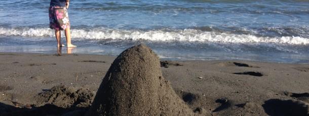 遠くに烏帽子岩、近くに砂えぼし
