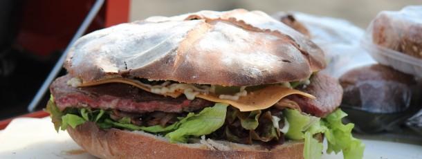 Biggyのビール酵母どっしりパンでステーキサンドイッチ